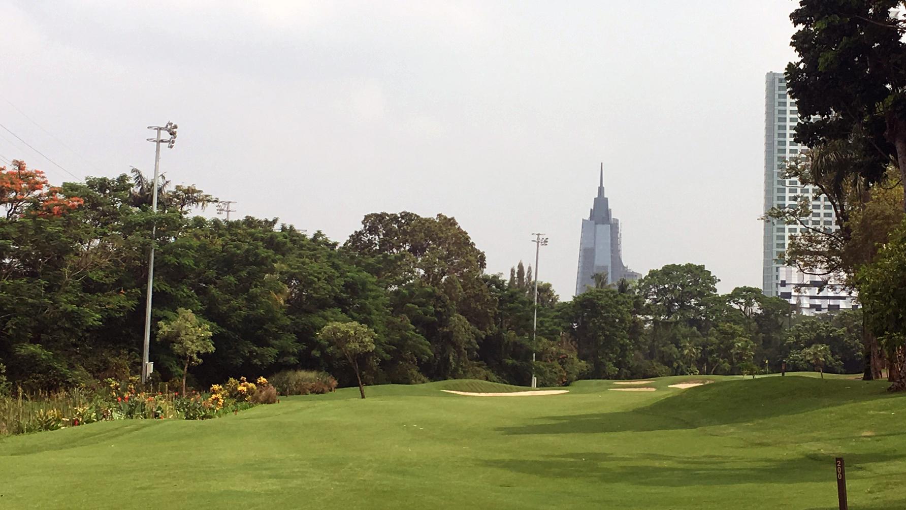 Hochhäuser und sattes Grün prägen den Golfplatz im Herzen Jakartas. (Foto: Golf Post)