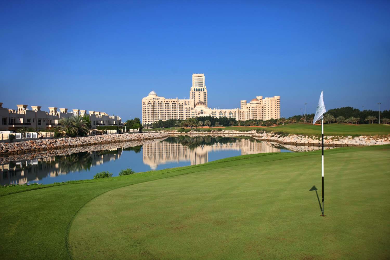 Linkerhand befindet sich das Al Hamra Village, im großen Gebäudekomplex sind gleich drei Hotel untergebracht. (Foto: Al Hamra Golf Club)