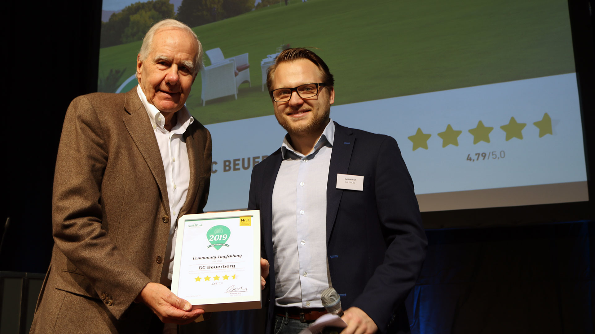 Der Präsident des GC Beuerberg nimmt den Golf Post Community Award entgegen. (Foto: Golf Post)