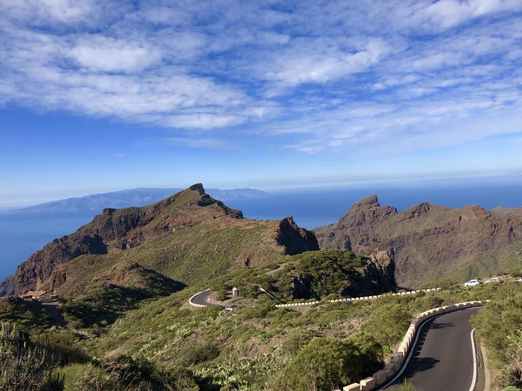 Fahrt durch das Teno-Gebirge mit La Gomera im Hintergrund. (Foto: Jürgen Linnebürger)