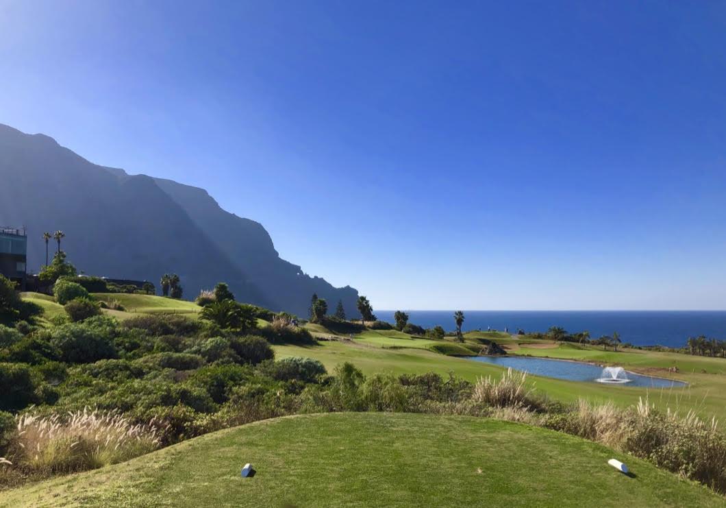 Buenavista Golf - Fantastische Aussichten auf Platz, Teno-Gebirge und Atlantik. (Foto: Jürgen Linnebürger)