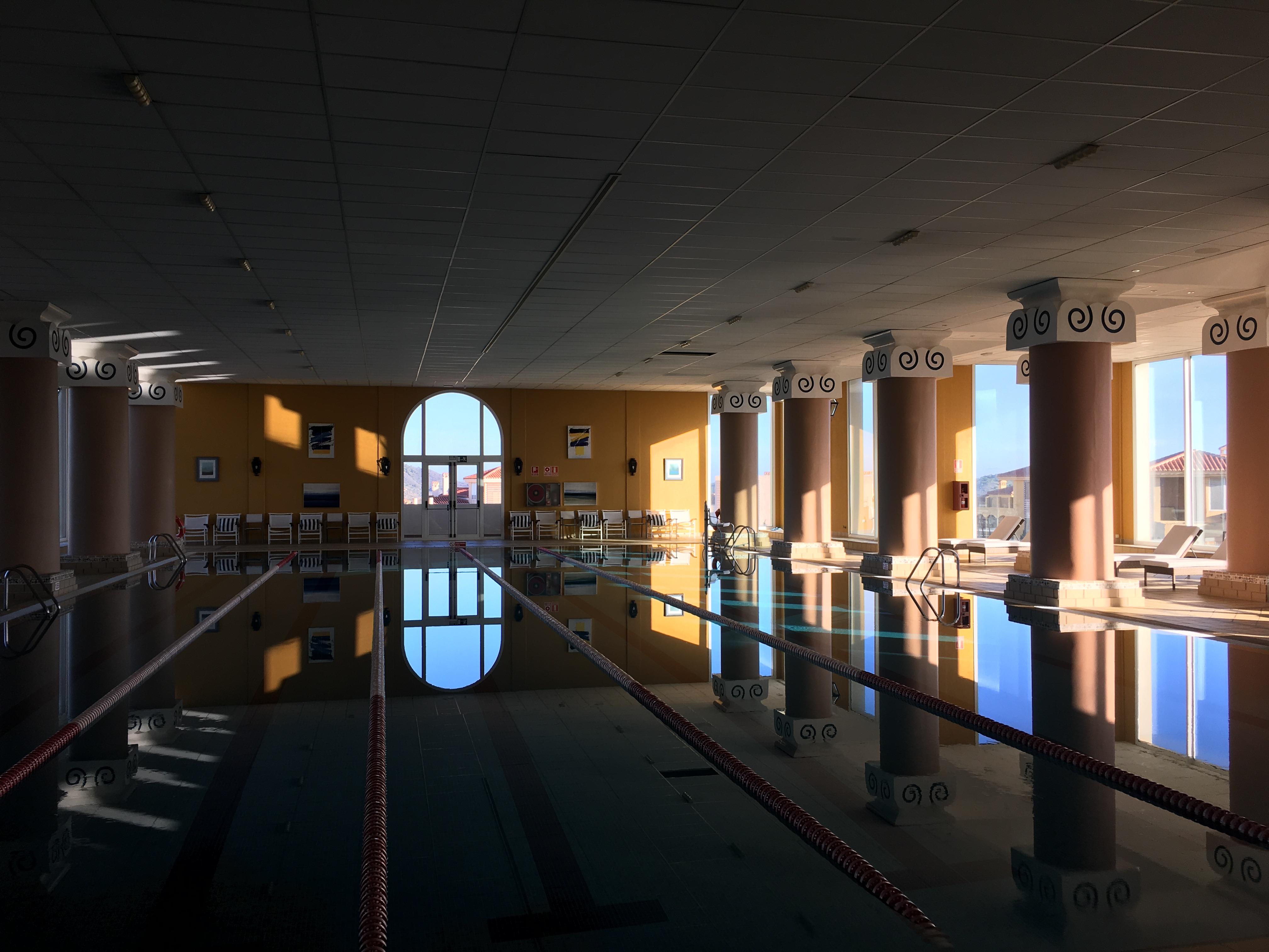 Ein Schwimmbad samt traumhaften Ausblick wartet neben den Golfplätzen auf die Gäste. (Foto: Golf Post)