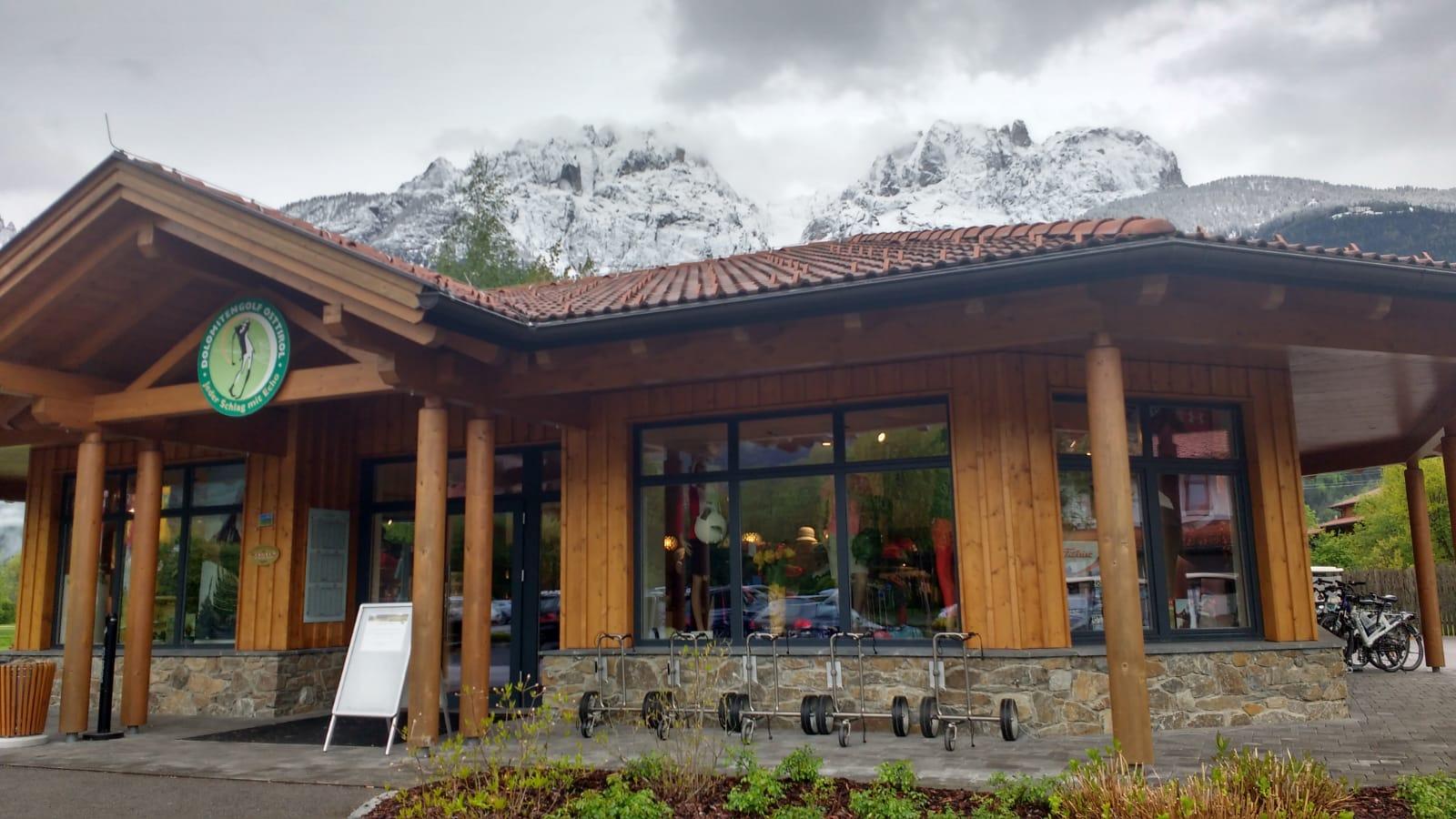 Die Dolomiten türmen sich über dem Pro Shop auf. (Foto: Golf Post)