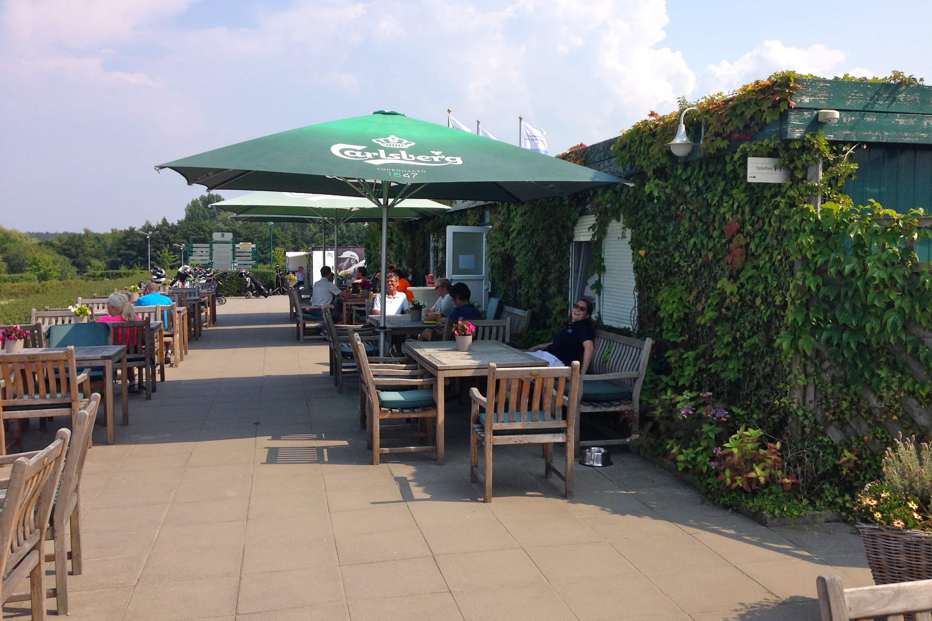 Ein Blick auf die Terrasse des Clubhaues im Ostsee Golf Resort Wittenbeck. (Foto: Michael F. Basche)