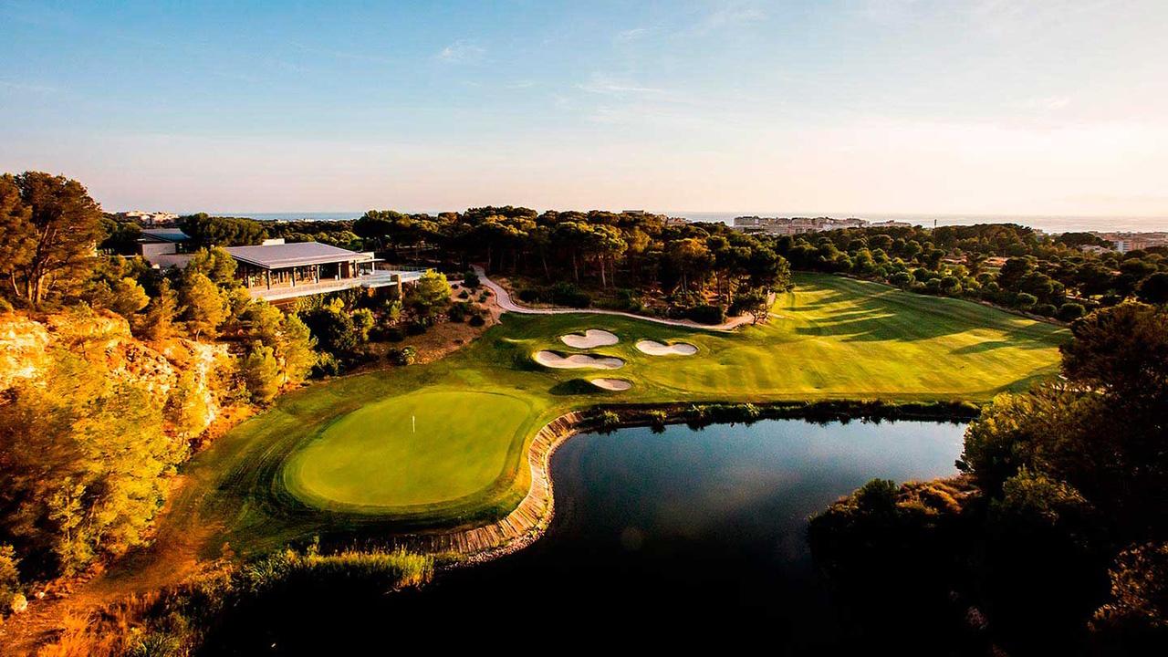 'Hills Course' - Clubhaus und 18. Bahn. (Foto:  LUMINE Golf Club)