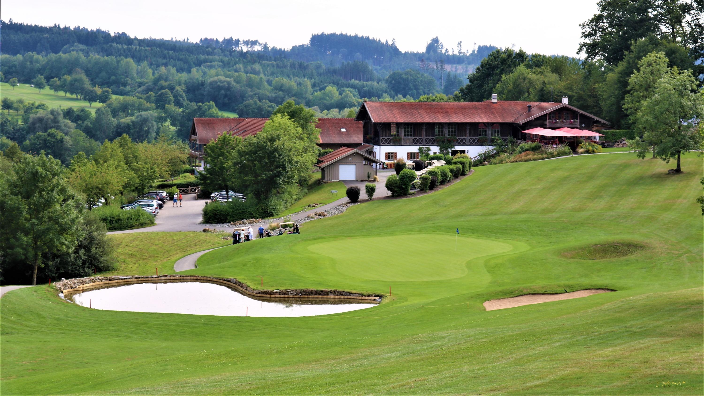 Blick auf die Bahn 18 und das Clubhaus an Platz Brunnwies. (Foto: Golf Post)