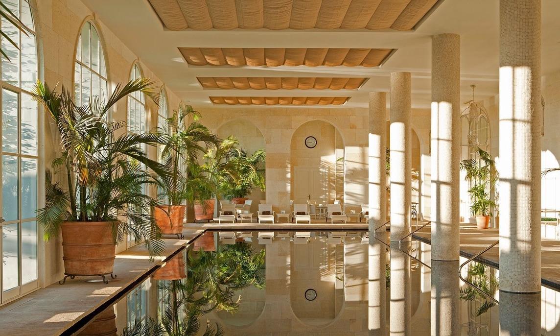 25 Meter Pool im Spa mit Blick in den Garten. (Foto: Finca Cortesin)