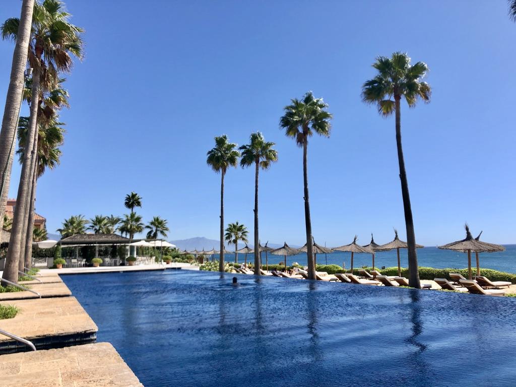 Finca Cortesin Beach Club mit Infinity Pool. (Foto: Jürgen Linnenbürger)