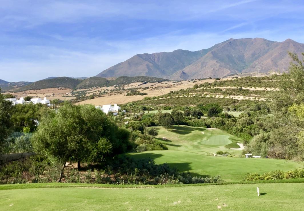 Par-3 mit Estepona Mountains im Hintergrund. (Foto: Jürgen Linnenbürger)