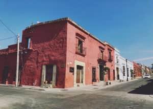 オアハカの街並みも可愛い😍 メキシコは元気になるカラフルな建物多くてお散歩...
