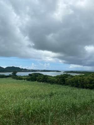 一旦ヴィラに戻る。帰り途中で見た川平湾。晴れているといろ鮮やかに綺麗に見え...
