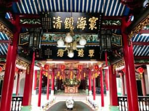 ホイアン街歩き ホイアンの寺や豪華な住居は中国語が目立つ。中国との貿易で栄...