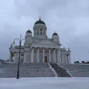 夜はプロジェクションマッピングをしていてめちゃくちゃ綺麗だったヘルシンキ大聖堂