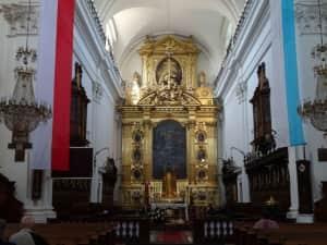 1枚目は聖十字架教会、2枚目は聖十字架教会の主祭壇、3枚目は聖十字架教会に...