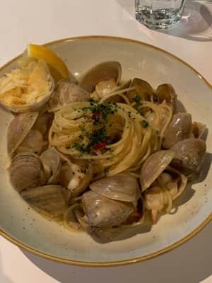 夕飯は海沿いにあった「the raw prawn」という海老屋さん。海老食...