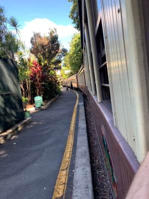 キュランダ鉄道に乗車。  思った以上に長い!車両が多い。4車両くらいだと思...