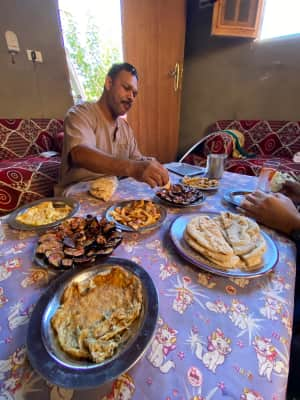 再度ドライバーさんの自宅でお昼ご飯。  卵焼き、ポテト、ナスの炒め物?をパ...