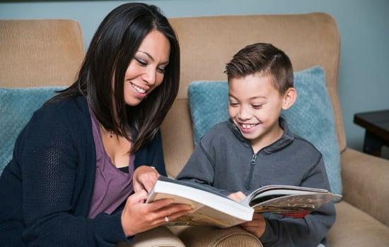 Jak (i dlaczego?) zachęcać dzieci do czytania? Poradnik dla Rodziców.