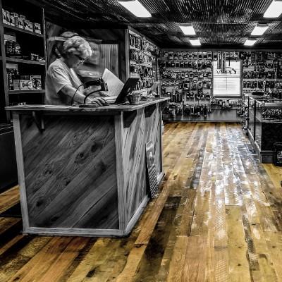 rustic-oak-flooring-gun-store-texas