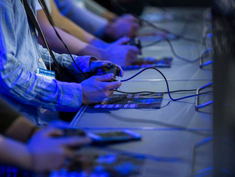 multiple people gaming
