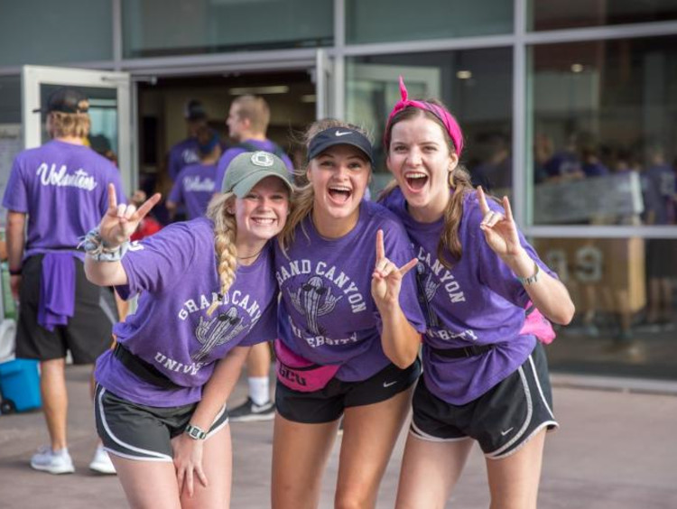 GCU students volunteering for welcome week