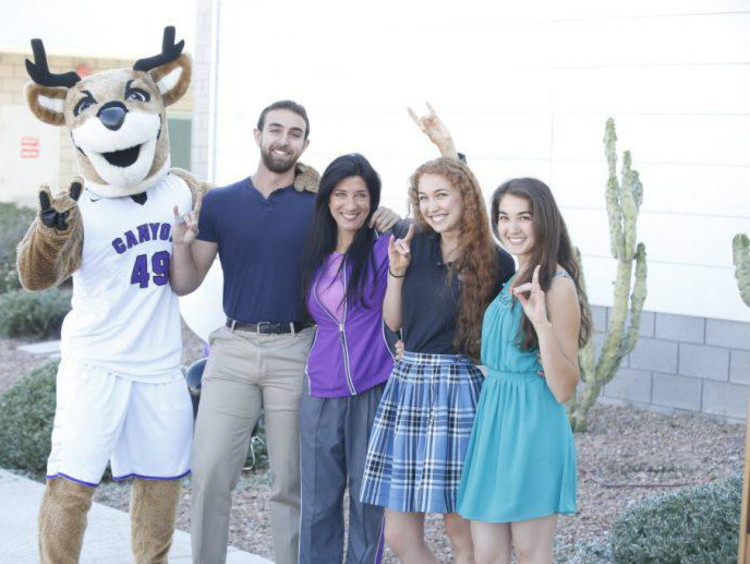 parents and students with thunder holding a lopes up