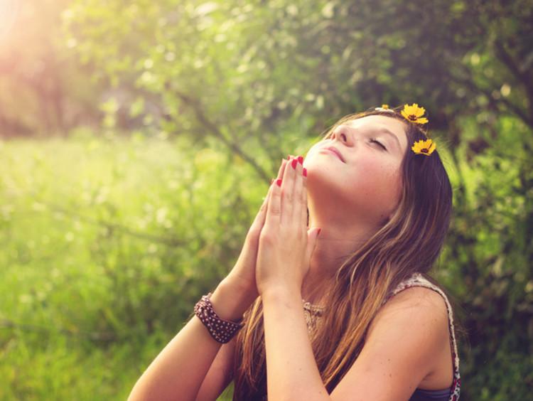 girl praying in field