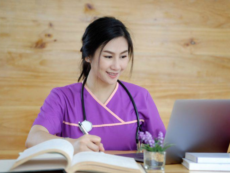 a nursing student working on her online class