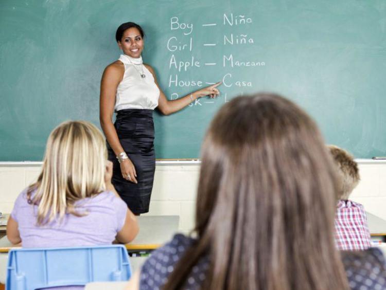 a Spanish teacher teaching her class