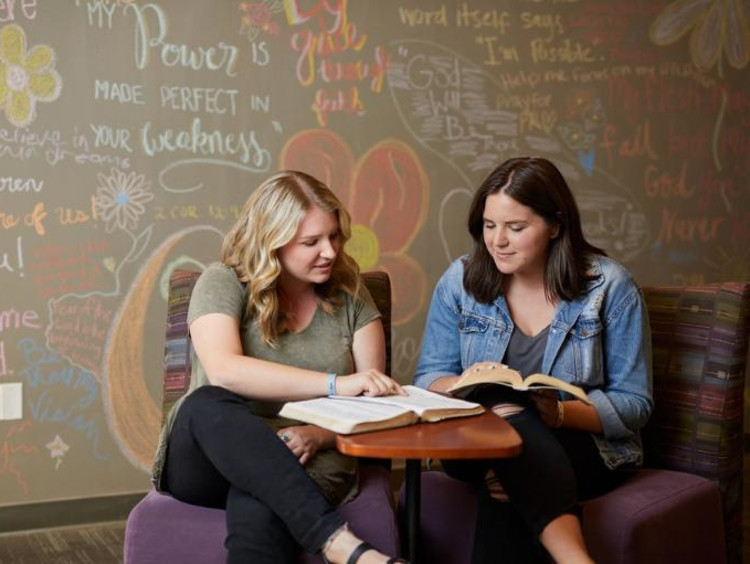 Student meeting with school counselor to change her major