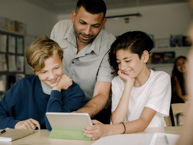 teacher and students learning virtually in classroom