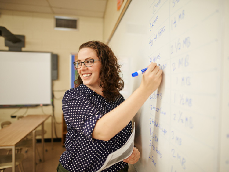 female teacher using visual learning style for student achievement