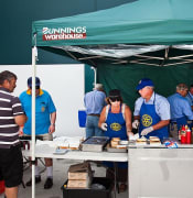 800px Bunnings Sausage sizzle