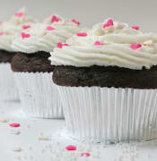 800px-Cupcake_with_sugar_hearts_and_nonpareils.jpg