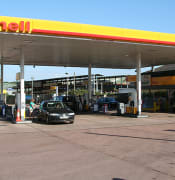 Crediton,_Shell_petrol_station_at_Station_Cross_-_geograph.org.uk_-_201606.jpg