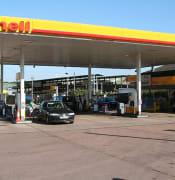 Crediton,_Shell_petrol_station_at_Station_Cross_-_geograph.org.uk_-_201606.jpg