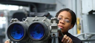 800px-US_Navy_021206-N-1328C-501_Signalman_3rd_Class_Tiffany_Culereth_from_Bronx,_N.Y.,_observes_ships_in_the_area_through_binoculars_called__Big_Eyes._.jpg