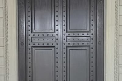 335px-Knocking_at_front_door_of_The_National_Archives_Building_-_01.jpg