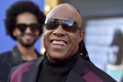 Stevie Wonder visits ailing Aretha at home.jpg