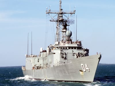 A starboard bow view of the Royal Australian Navy frigate HMAS DARWIN (04) underway off the coast of Darwin, Australia, during the joint Australian_U.S. exercise Kangaroo