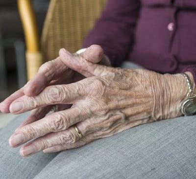 elderly hand 2906425 640