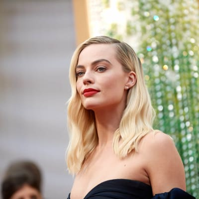 Margot_Robbie_flags_LA_dinner_with_royals.jpg