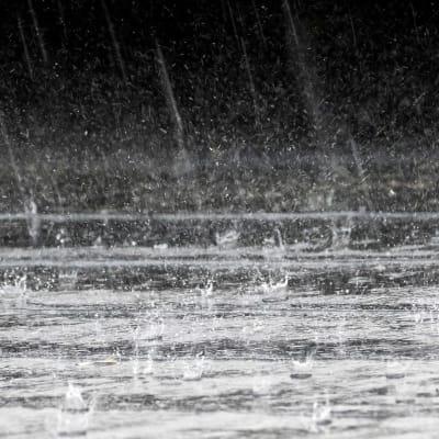 1920px-Rain_splashes_on_rooftop_4.jpg