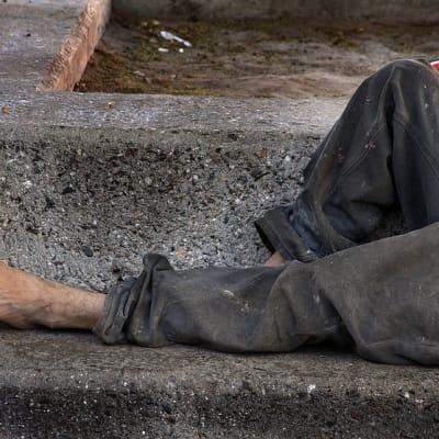 800px-Homeless_on_bench.jpg