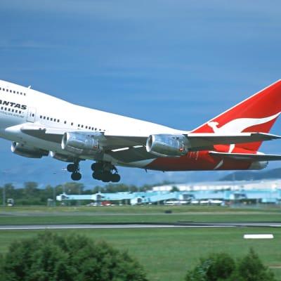 Cairns Airport 747.jpg