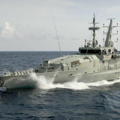 australias-patrol-boat-HMAS-wollongong-1.jpg