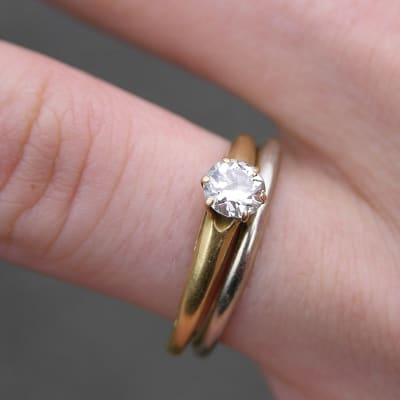 910px-Wedding_and_Engagement_Rings_2151px.jpg