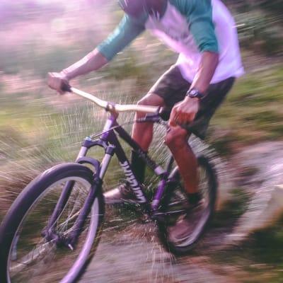 man-riding-black-and-white-hardtail-mountain-bike-733747.jpg