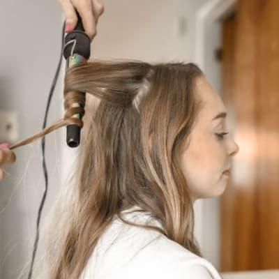 woman-curling-her-hair-973403.jpg