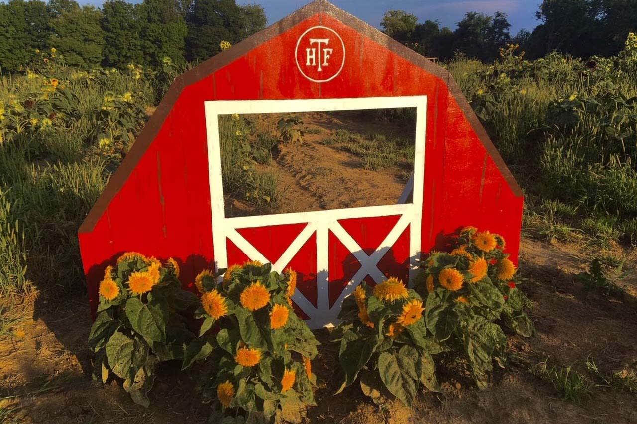 image hanna farmstead barn photo booth 1200x800